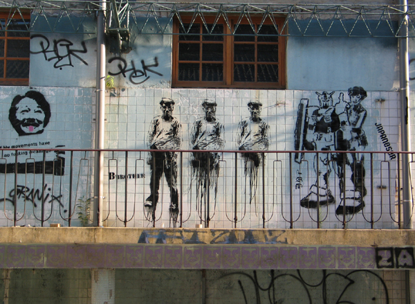 """2006年,Bbrother 因在华山涂鸦了这三个逐渐消失的工人图像,而遭到了文建会以 """"破坏损毁古迹"""" 的起诉"""